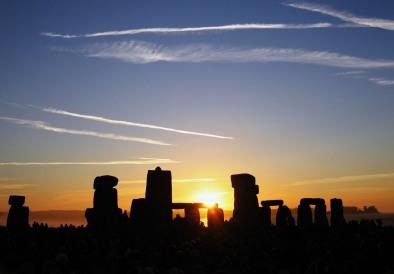 Summer_Solstice_Sunrise_over_Stonehenge_2005