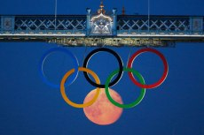 Pictures-taken-at-the-right-time-olympic-circles-moon